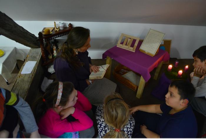 Čítanie Svätého písma s deťmi v modlitebnom kútiku