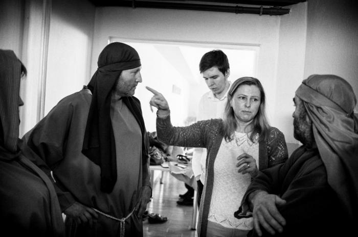 Režisérka Beáta Jalowiczorová dáva hercom posledné pokyny.