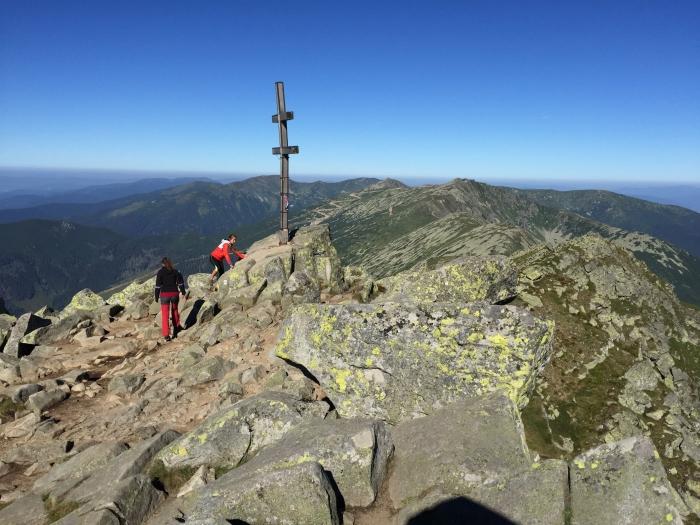 Dosiahnutie vrcholu kopca na ktorý stúpame.