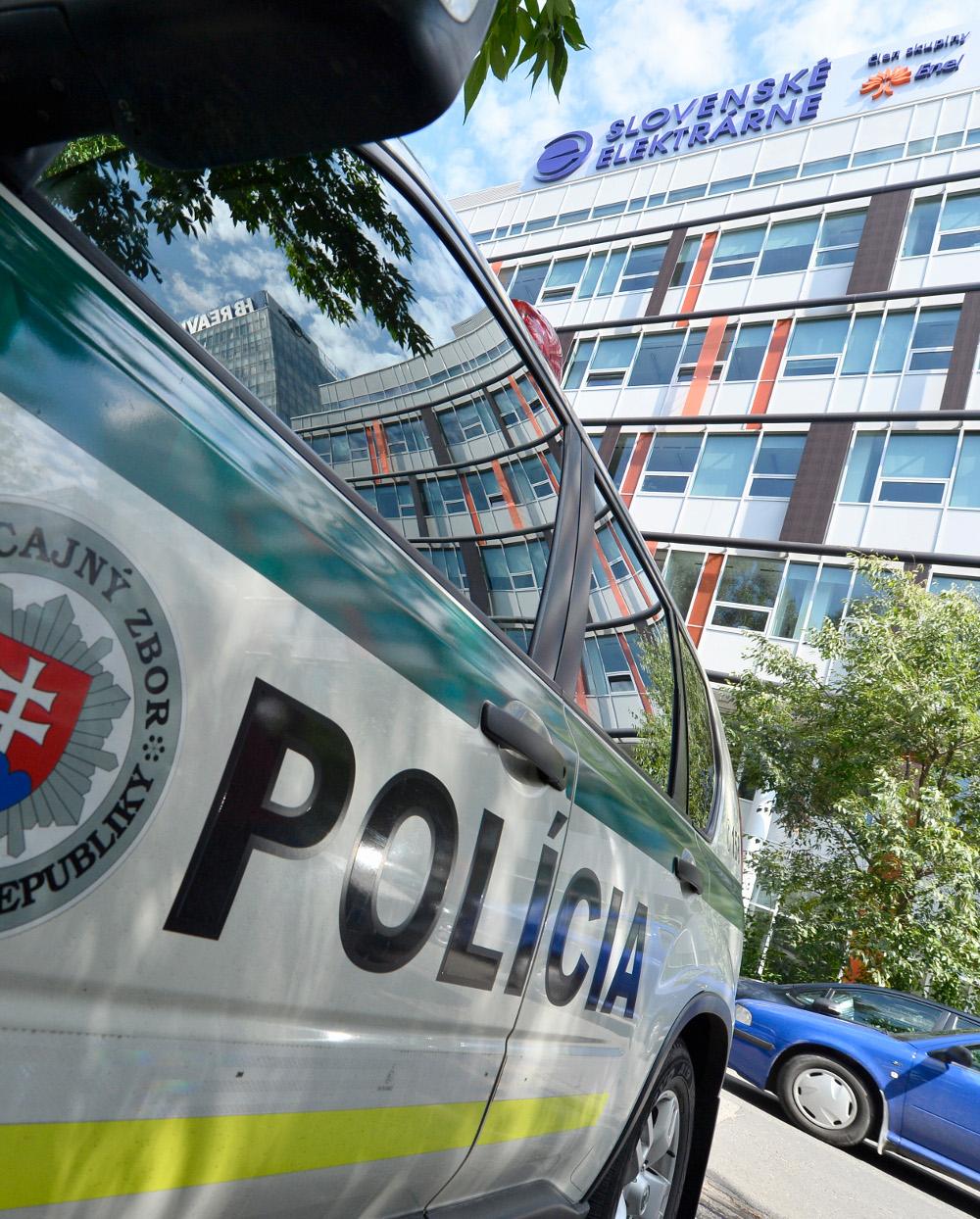 Policajti si do Slovenských elektrární prišli po dokumenty k privatizácii  tejto firmy. FOTO TASR – Michal Svítok 7b7e9e8d180